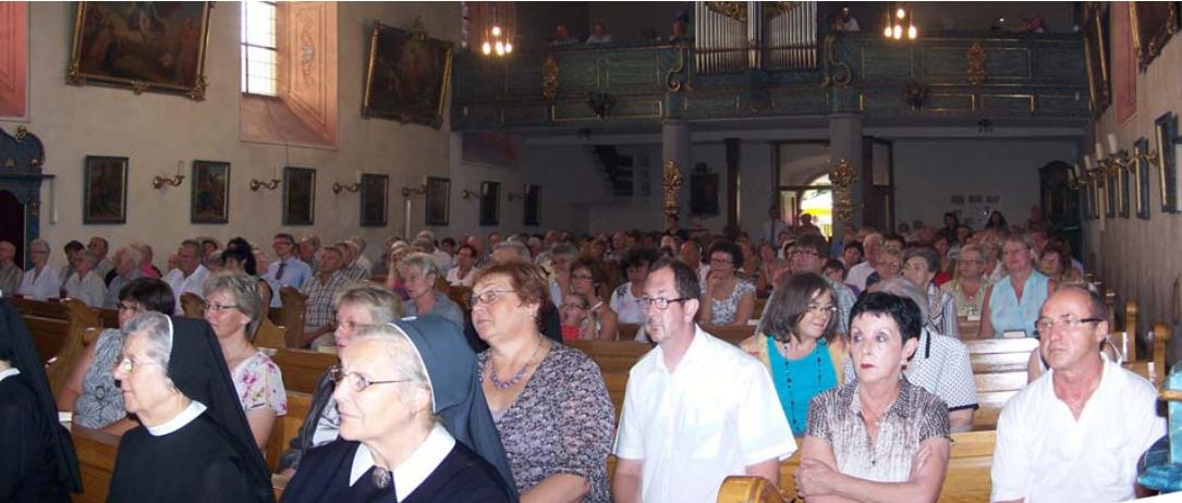 Volle Kirche bei Priesterweihe